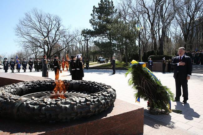 Президента Украины Петра Порошенко, который прибыл в пятницу в Одессу для участия в праздновании 71-ой годовщины освобождения города от немецко-румынских оккупантов, встретили криками «убийца» и «фашизм не пройдет».