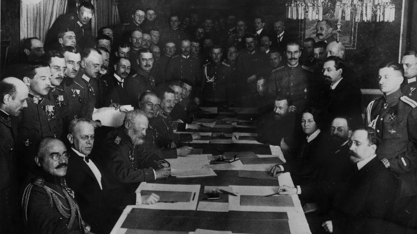 Die Unterzeichnung des Vertrages von Brest-Litowsk am 3. März 1918 © Topical Press