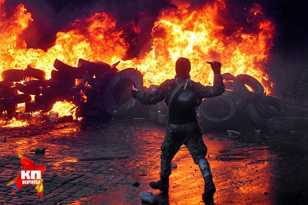 """Ежедневные столкновения """"Беркута"""" и противников Януковича на улице Грушевского. Фото Максима Люкова"""