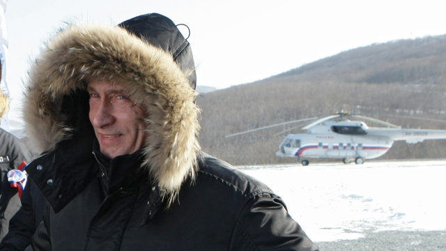 Clad in a heavy winter parka, Russian Prime Minister Vladimir Putin smiles upon his arrival in Kozmino to take part in a ceremony of commissioning the East Siberia - Pacific Ocean Oil Pipeline in Russia's Far East on December 28, 2009. Russia has surpassed Saudi Arabia as the world's top world oil exporter due to output quota cuts by the oil cartel OPEC and to new oil fields in Siberia coming on line. AFP PHOTO / RIA NOVOSTI / POOL / ALEXEY NIKOLSKY