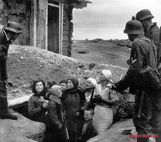 Russia, antifascist war 1941-45 Russia, 1941 |  Les premires patrouilles allemandes dŽbusquent femmes et enfants apeurŽs.